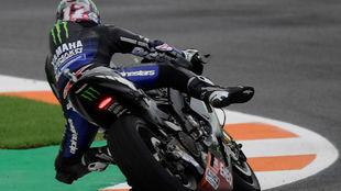 Maverick Viñales, haciendo equilibrios sobre su Yamaha en Valencia.