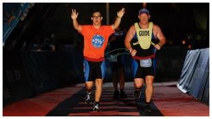 Chris Nikic, entrando en la meta del Ironman