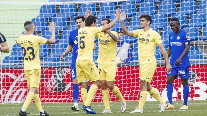 Los jugadores del Villarreal celebran uno de los goles en el Coliseum.