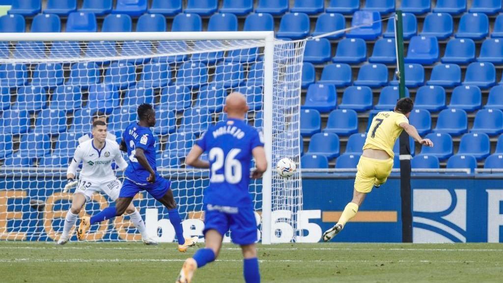 Gerard Moreno dispara para marcar el tercero del Villarreal.
