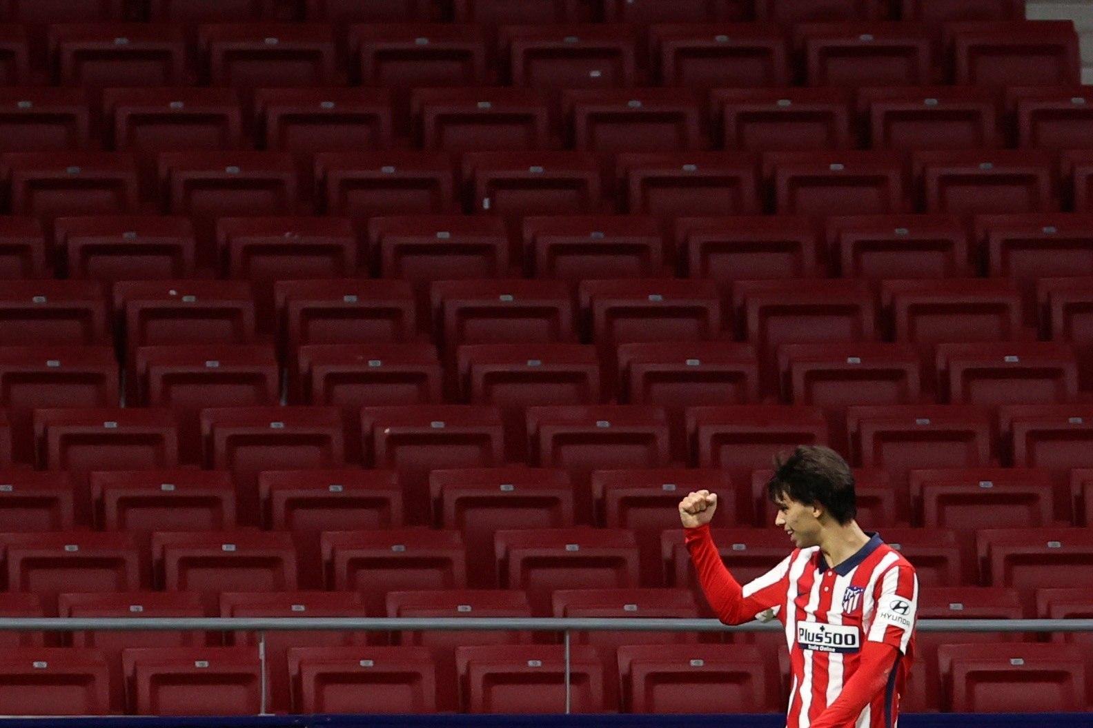 GRAF6030. MADRID, 07/11/2020.- El centrocampista del Atlético de Madrid lt;HIT gt;Joao lt;/HIT gt; Félix celebra tras lt;HIT gt;marcar lt;/HIT gt; el cuarto gol ante el Cádiz, durante el partido de Liga en Primera División disputado esta noche en el estadio Wanda Metropolitano, en Madrid. EFE/JuanJo Martín
