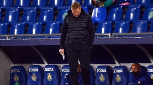 El entrenador del Barcelona Ronald Koeman, cabizbajo durante el...