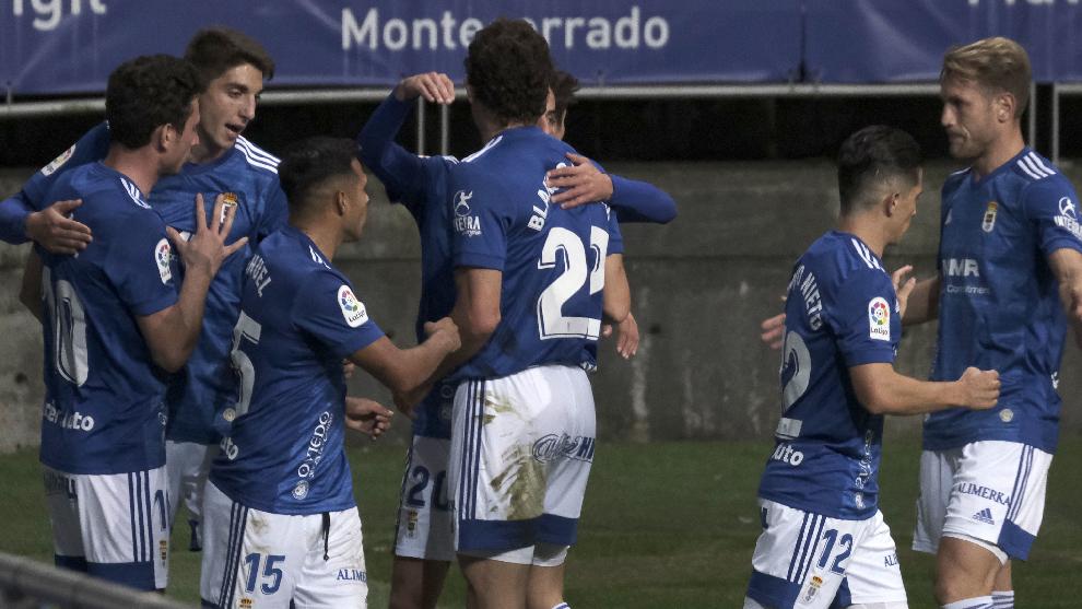 Los jugadores del Oviedo, durante la celebración de uno de los goles del partido.