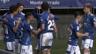 Los jugadores del Oviedo, durante la celebración de uno de los goles...