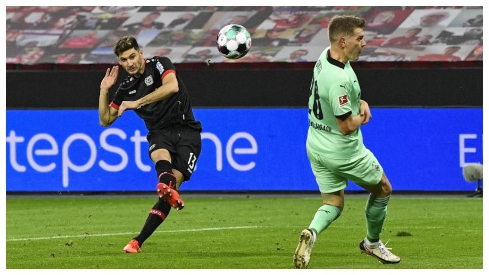 Lucas Alario marca el primer gol del Leverkusen ante el Gladbach.