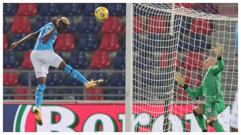 Victor Osimhen, de cabeza, anota el gol del triunfo del Nápoles.