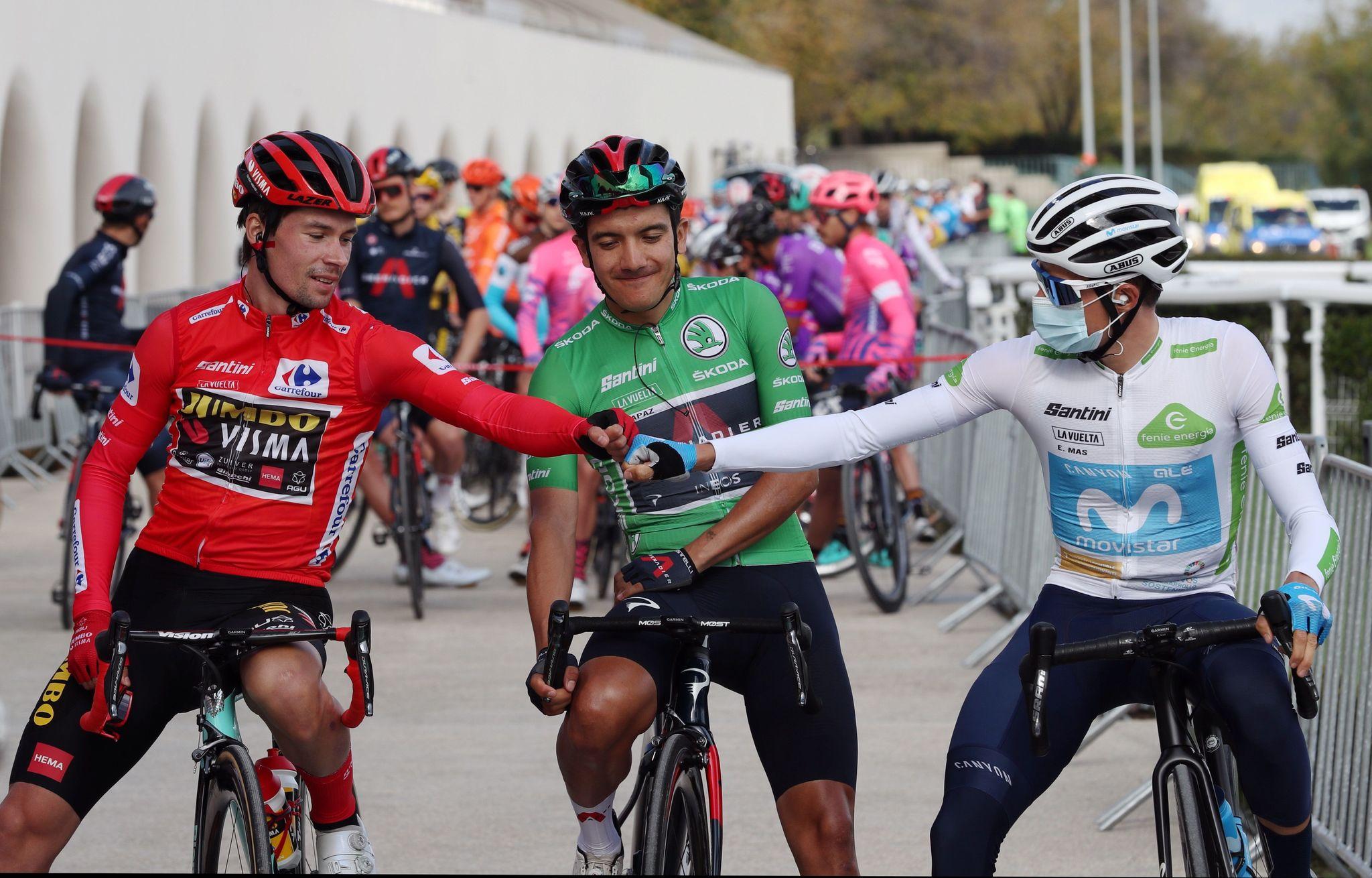 -FOTODELDÍA- MADRID, 08/11/2020.- El esloveno Primoz lt;HIT gt;Roglic lt;/HIT gt; (Jumbo Visma) y el ecuatoriano Richard Carapaz (Ineos), primero y segundo clasificados, respectivamente, y el quinto, y primer español, para Enric Mas (Movistar), antes de la salida de la última etapa de la 75 Vuelta a España, Hipódromo de la Zarzuela-Madrid, sobre un recorrido de 124,2 km. EFE/Kiko Huesca