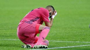 Karim Benzema, tras caer lesionado ante el Valencia