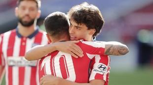Correa y Joao Félix se abrazan tras un gol.