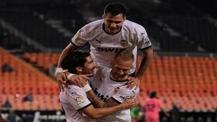 Maxi Gómez celebra un gol ante el Real Madrid en Mestalla.