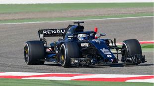 Fernando Alonso, con el Renault en Bahréin.