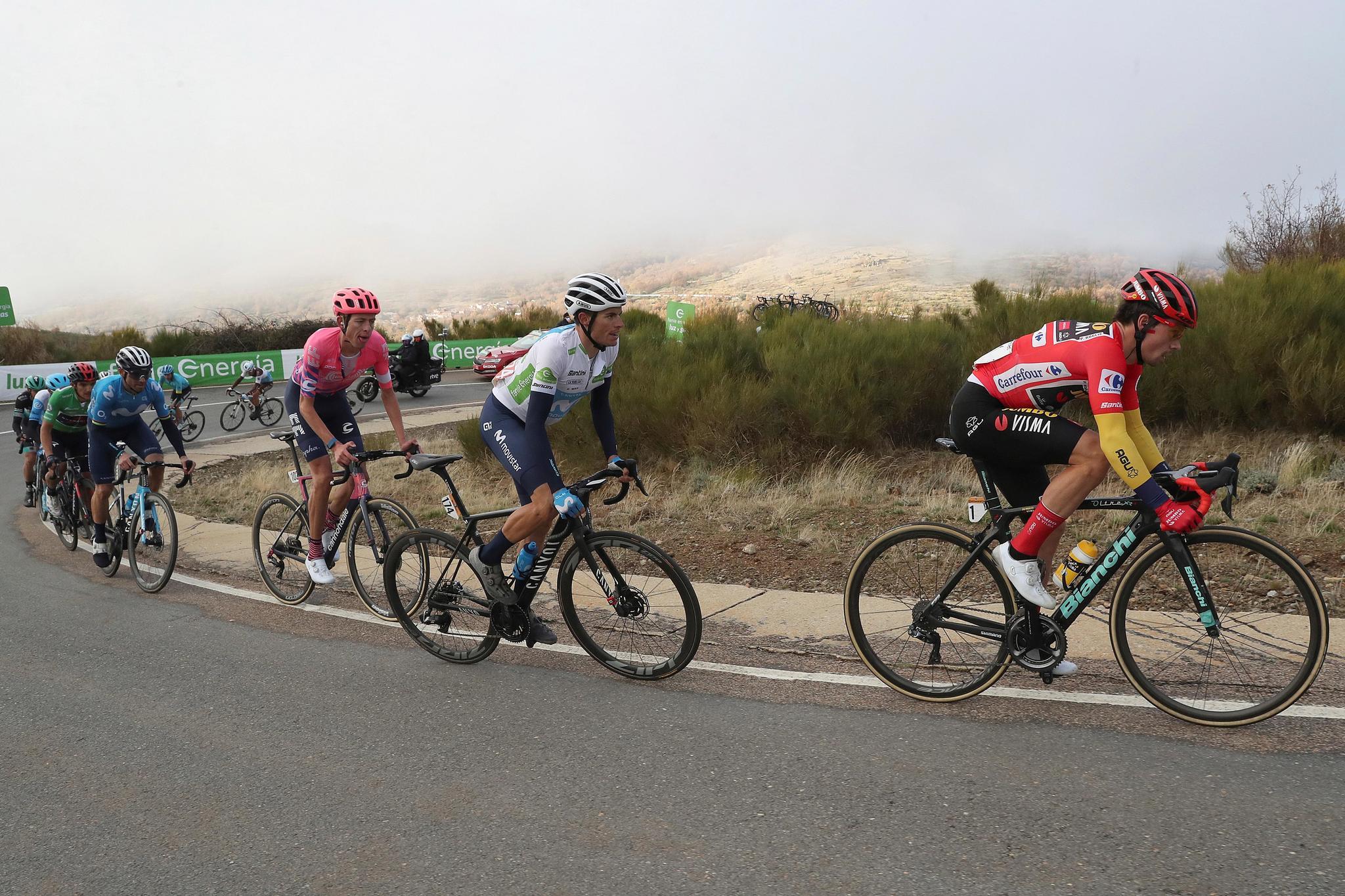 ALTO DE LA COVATILLA, 07/11/2020.-El corredor esloveno del equipo JUMBO-VISMA Primoz lt;HIT gt;Roglic lt;/HIT gt; (d), durante el ascenso al Alto de la Covatilla, en la etapa 17ª, que ha transcurrido este sábado entre Sequeros y el Alto de la Covatilla, de 178,2 kilómetros de recorrido. EFE/ Kiko Huesca