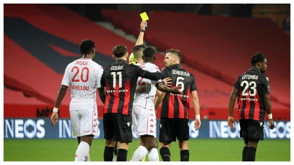 El árbitro Karim Abed amonesta a Morgan Schneiderlin en el derbi ante...