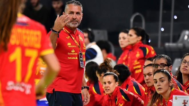 Carlos Viver dirigiendo un partido de la selección femenina