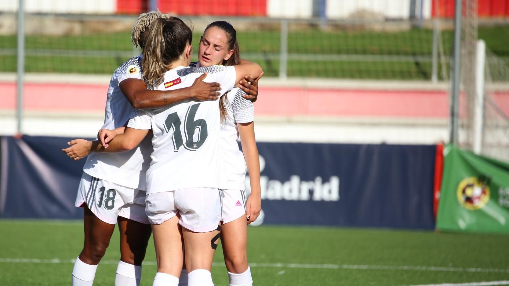 Las jugadoras del Madrid CFF celebran un gol durante un partido esta...