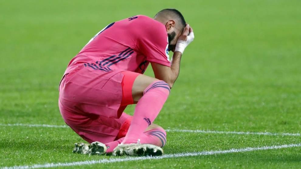 Benzema se lleva la mano a la cara tras recibir un golpe ante el...