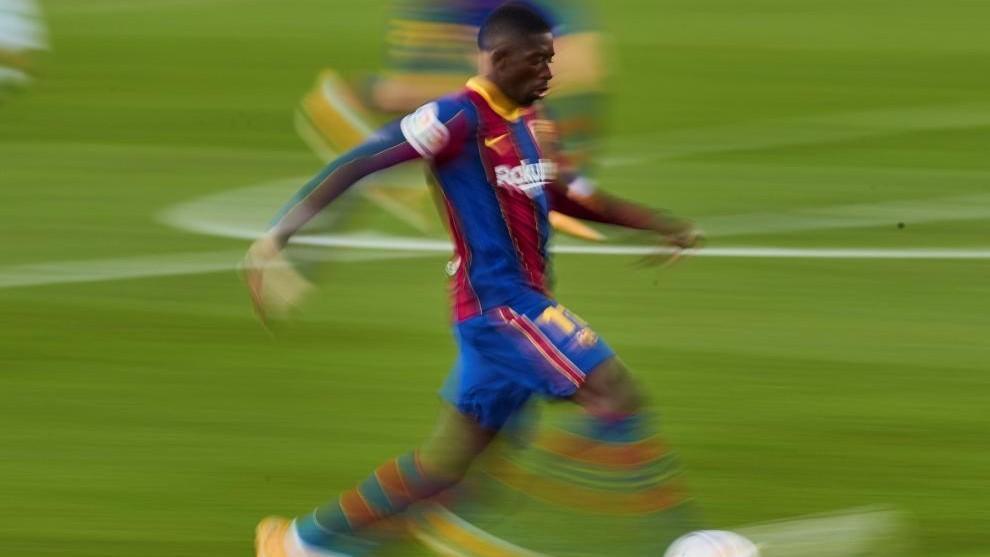 Dembélé conduce un balón en el encuentro contra el Betis.