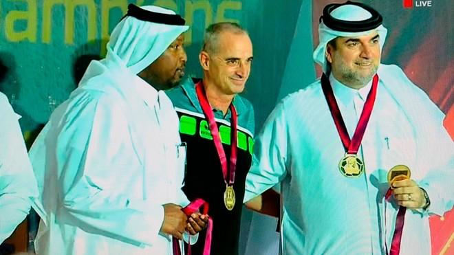 Rafael Guijoa, con directivos de su club, el Al-Arabi