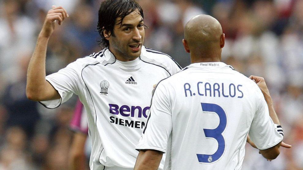 Raúl y Roberto Carlos, en un partido con el Madrid.