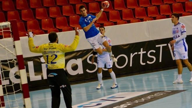 El extremo derecho del Atl. Valladolid Jorge Serrano lanza ante el...