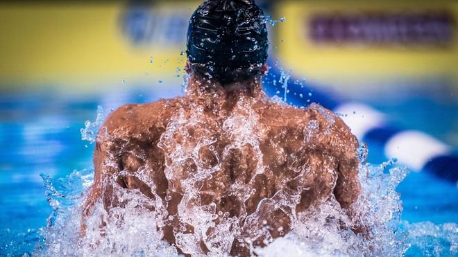 El turco Sakci, doble plusmarquista europeo en la ISL, nadando una...