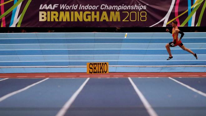 Óscar Husillos durante su serie de 400 metros en los Mundiales de...