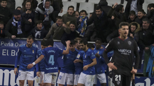El Real Oviedo celebrando con la afición en un partido de LaLiga...