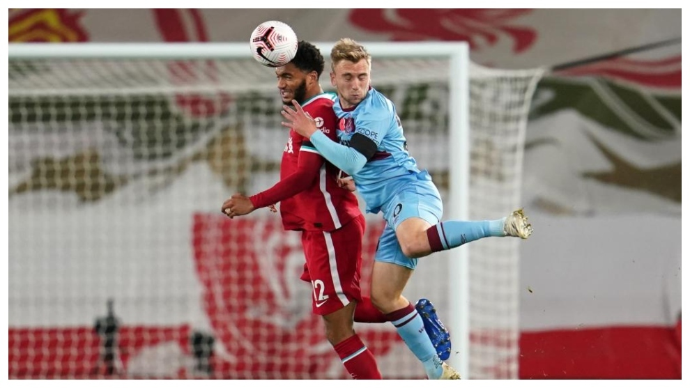 Joe Gomez trata de imponerse por alto a Jarrod Bowen, del West Ham.