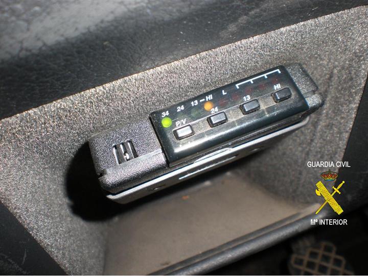 Un detector de radares instalado en un coche.