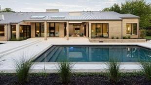 Tiene cuatro salones, dos baños, una cocina gigante, piscina y...
