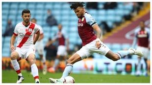 Tyrone Mings trata de jugar en largo ante el Southampton.