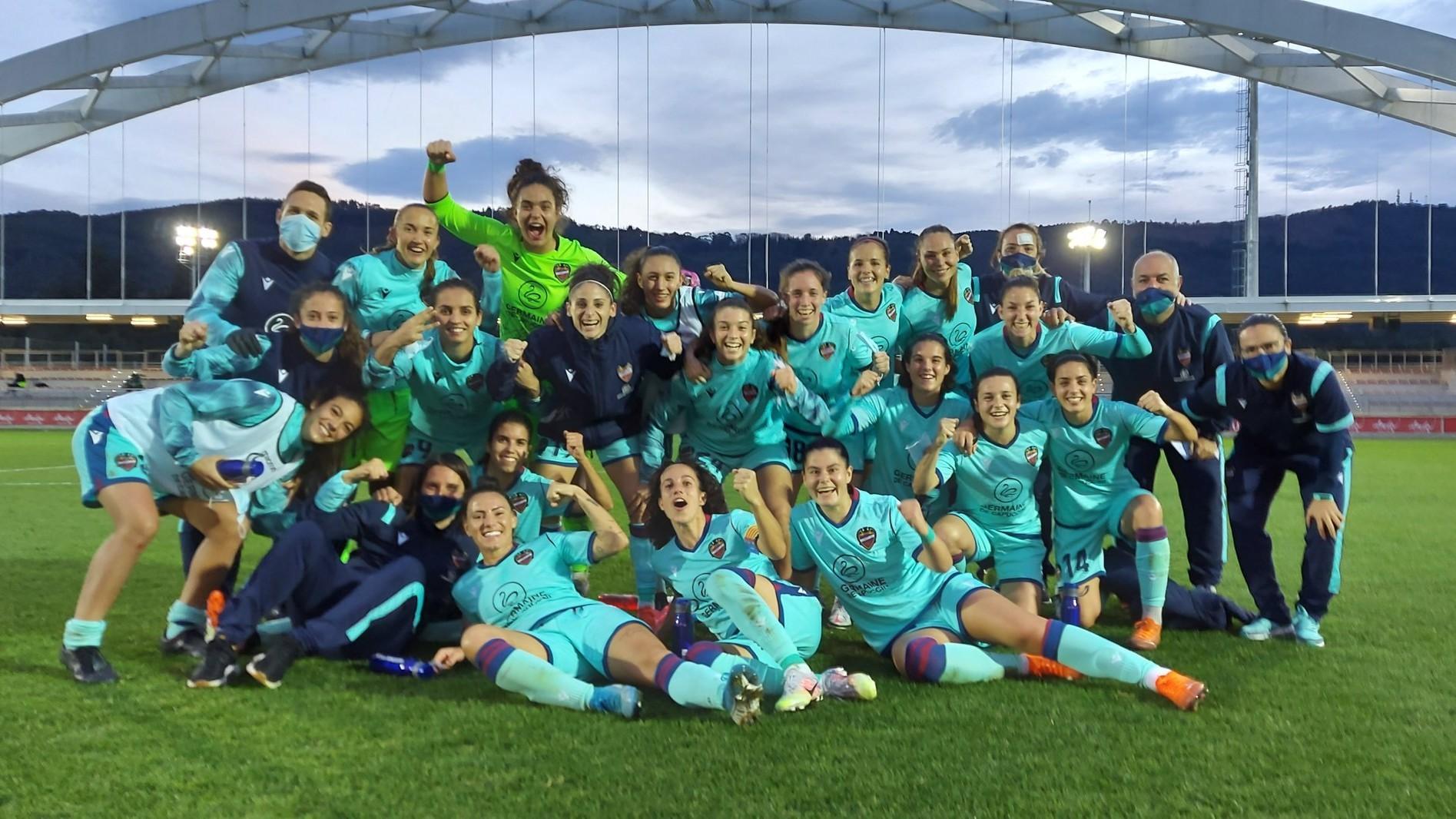Las jugadoras del Levante celebran la victoria en Lezama.