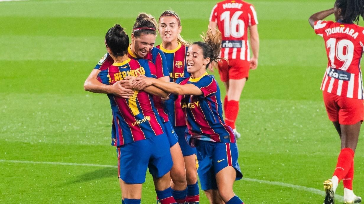 Las jugadoras del Barcelona se abrazan tras marcar un gol ante el...