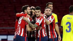 Suárez celebra su gol al Cádiz con sus compañeros.