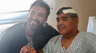 Diego Armando Maradona, con su médico Leopoldo Luque.