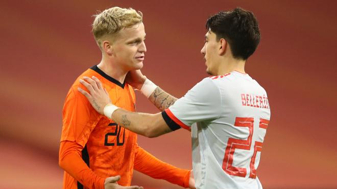 Donny van de Beek y Héctor Bellerín en el Holanda vs España.