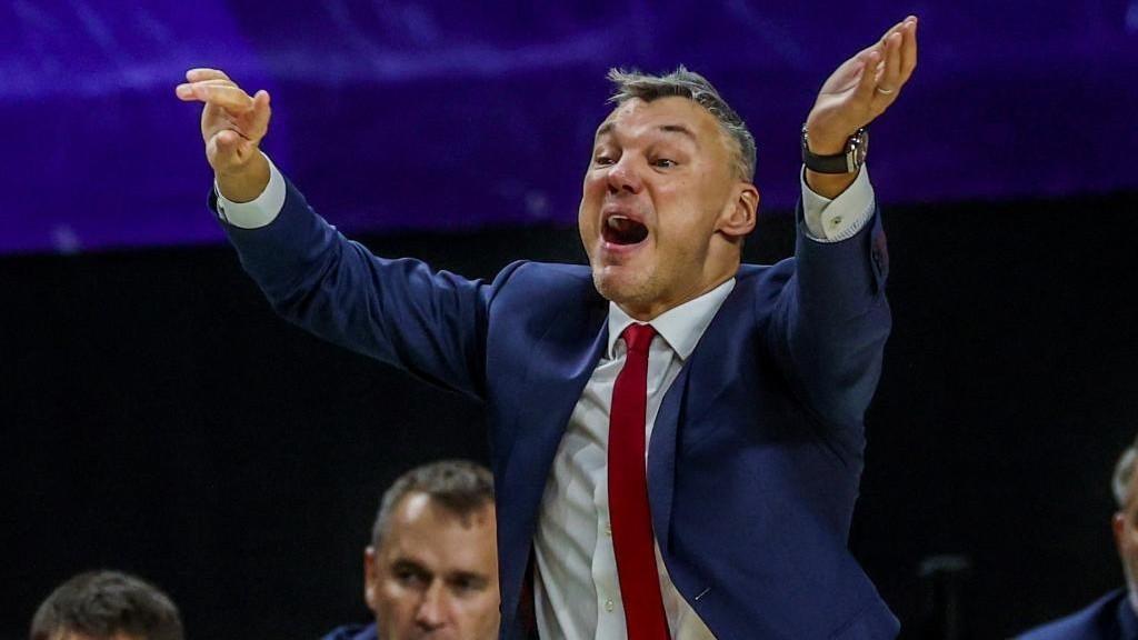 Jasikevicius, entrenador del Barcelona, da instrucciones a sus...