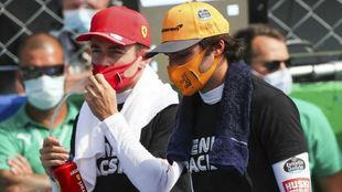 Sainz y Leclerc, compañeros en Ferrari en 2021, charlando en Monza.