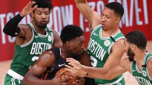 Adebayo, atrapado por varios jugadores de los Celtics en los pasados...