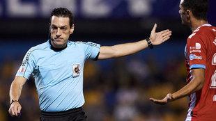 Prieto Iglesias dirigiendo un partido.