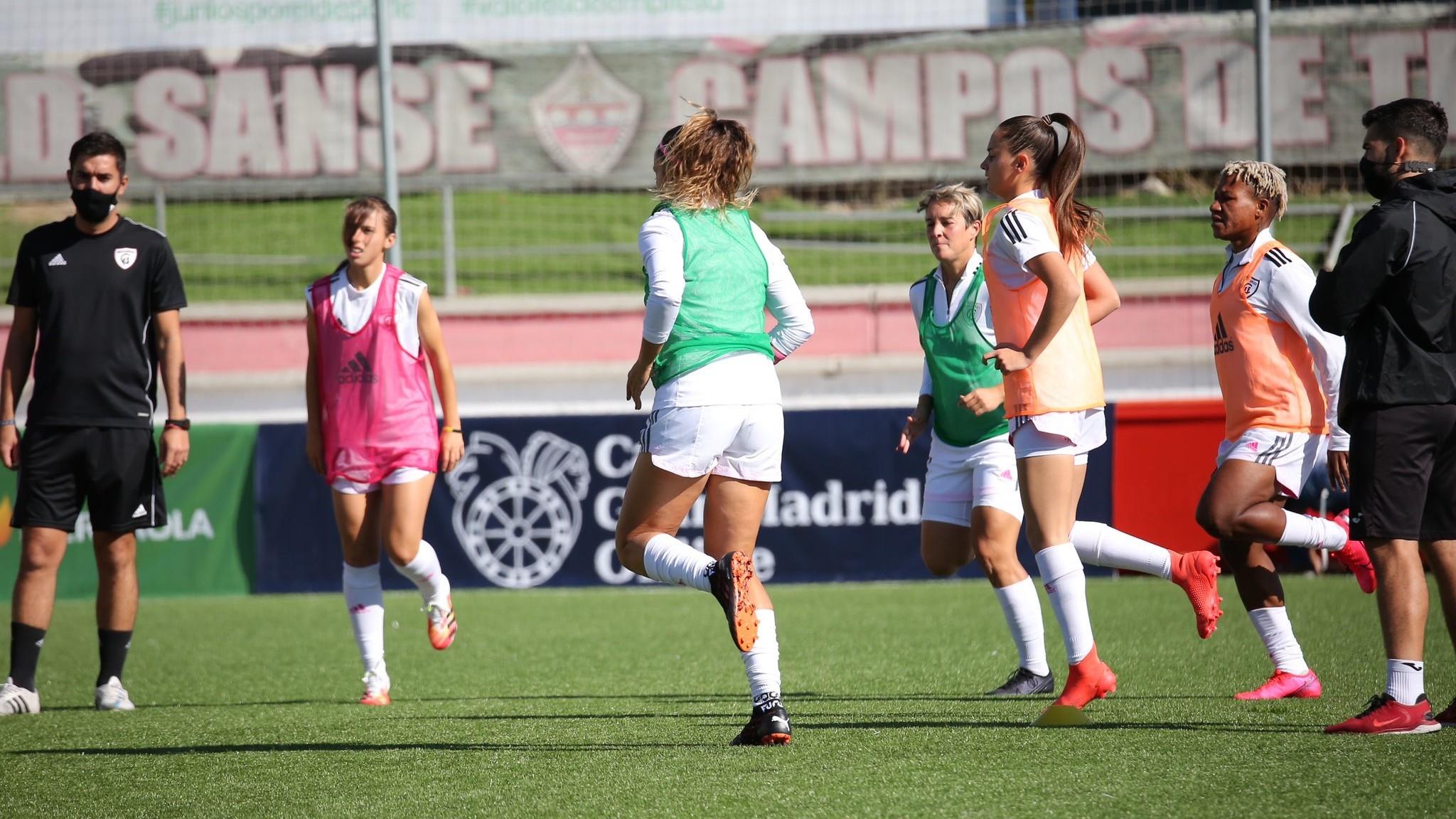 Las jugadoras del Madrid CFF realizan ejercicios de calentamiento...