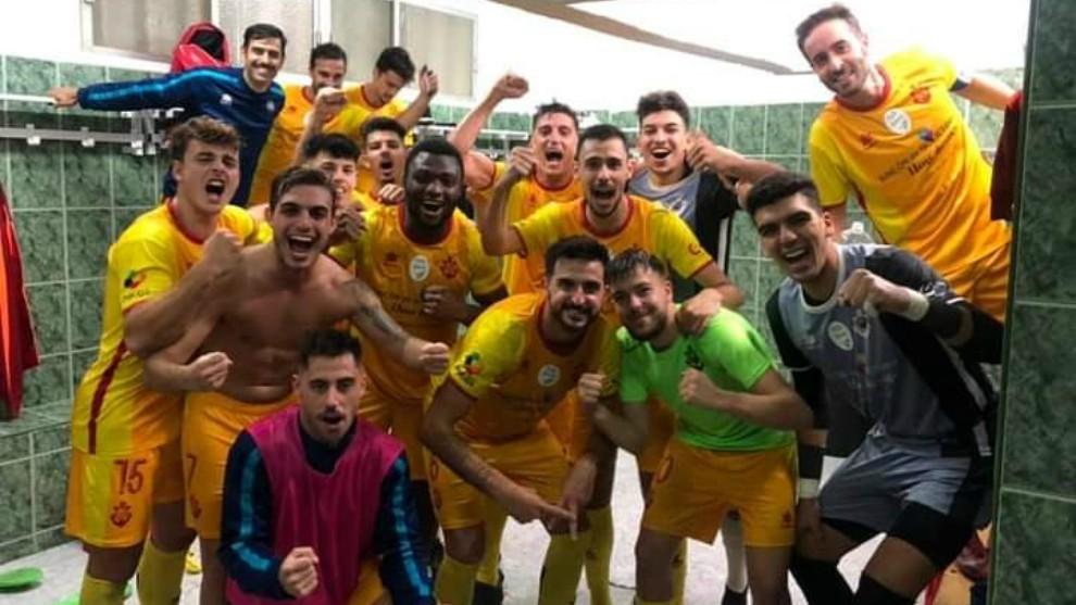 Los jugadores del CD Rincón celebran el pase a la Copa en el...