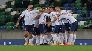 Los eslovacos celebran un gol.