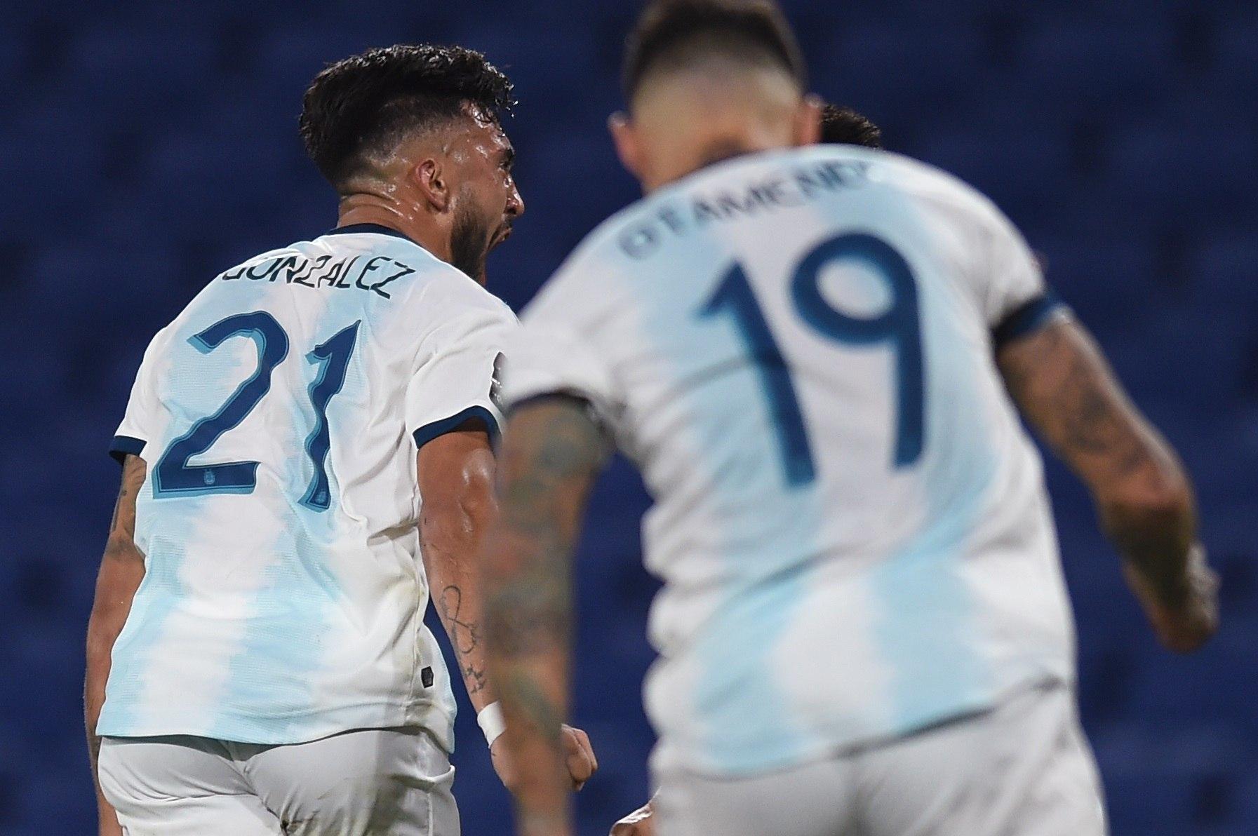 JJPANA6970. BUENOS AIRES ( lt;HIT gt;ARGENTINA lt;/HIT gt;), 12/11/2020.- Nicolás González (i) de lt;HIT gt;Argentina lt;/HIT gt; celebra un gol hoy, en un partido de las Eliminatorias Sudamericanas para el Mundial de Catar 2022 entre las selecciones de lt;HIT gt;Argentina lt;/HIT gt; y Paraguay en el estadio La Bombonera en Buenos Aires ( lt;HIT gt;Argentina lt;/HIT gt;). EFE/Marcelo Endelli POOL