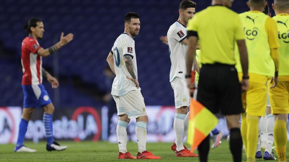 Leo Messi mira al colegiado del partido