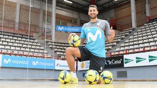 Pito, jugador del Movistar Inter, posa en el Jorge Garbajosa.