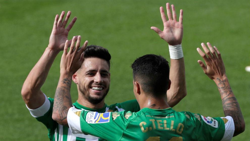 Álex Moreno, celebrando un gol con Tello