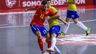 Javier García protege el balón ante Marcel en el amistoso entre...
