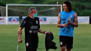 Cavani dialoga con Tabárez tras el entrenamiento de Uruguay.