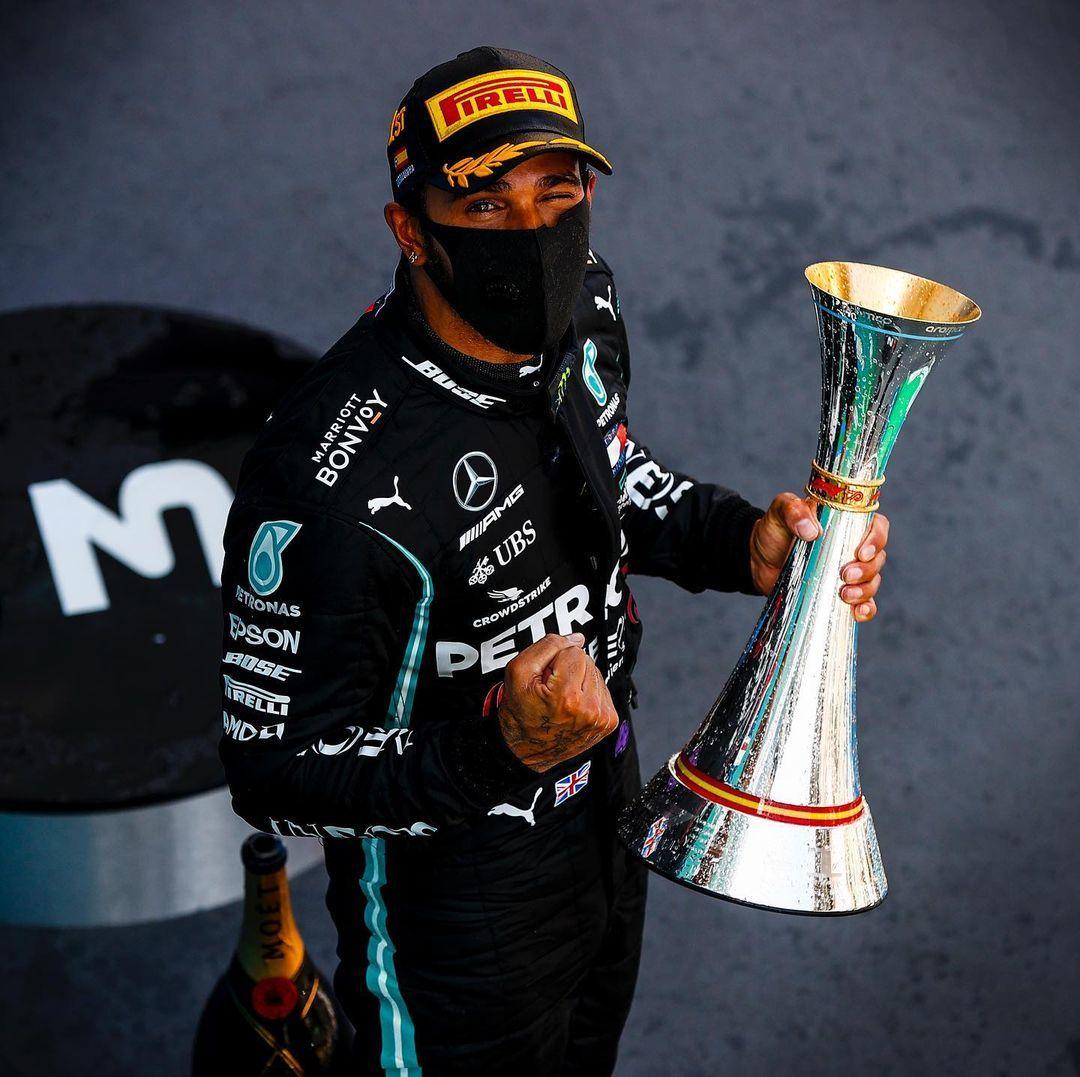 Lewis posa tras ganar una carreran en 2020.